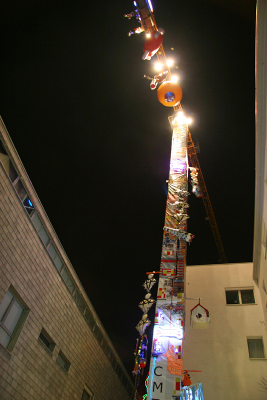 Daniel González, Anna Galtarossa, Homeless Rocket with Chandeliers, view at night, Lambrate, Milan, 2007-09